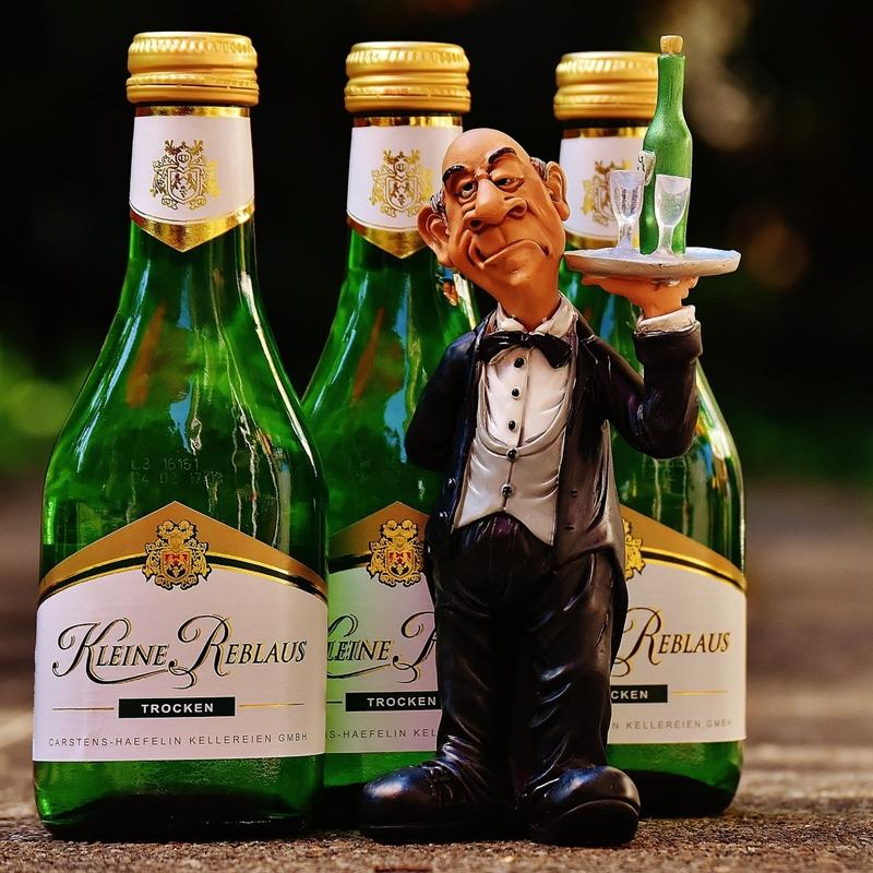 waiter-1652560_1920